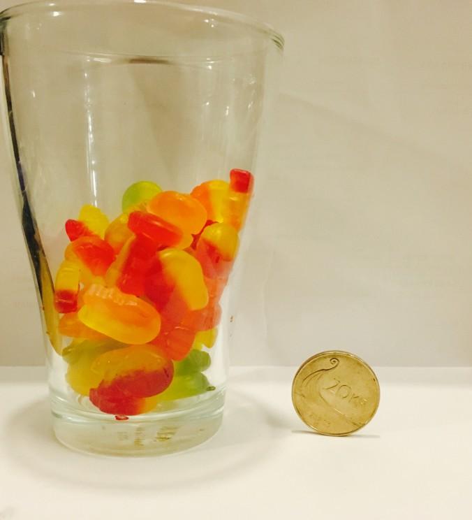 Sånn ser 320 kalorier med påskegodteri ut. 100 gram eller under et halvt glass totalt.